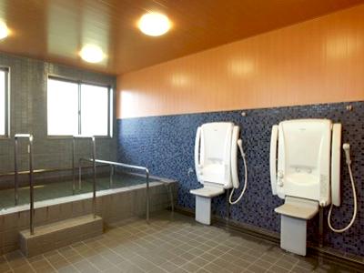 温泉気分の広々とした浴室